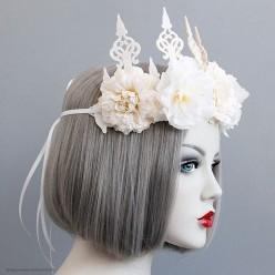Корона-повязка на голову, крупные белые пионы
